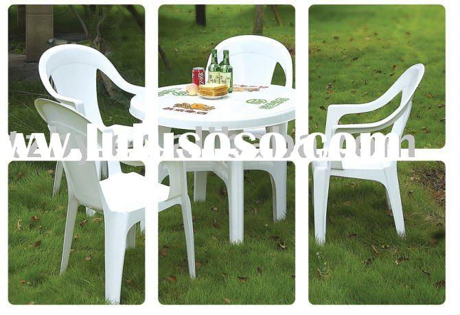 round plastic patio table and chairs 2