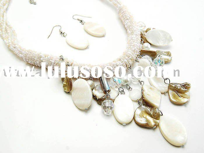 WHITE SHELL FAUX PEARLS LUCITE CHUNKY BIB NECKLACE SET