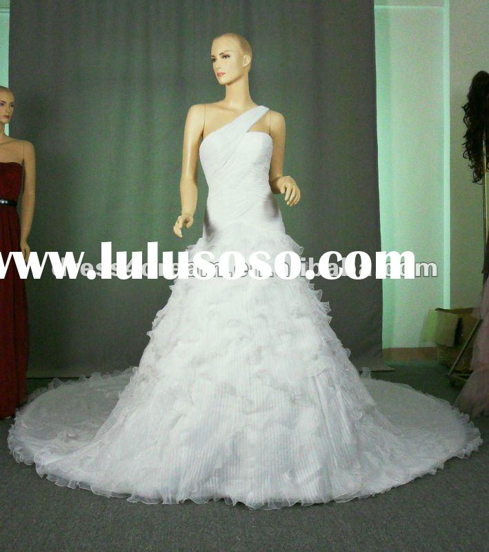 Fully pleated Organza Guangzhou wedding dress with extra long train