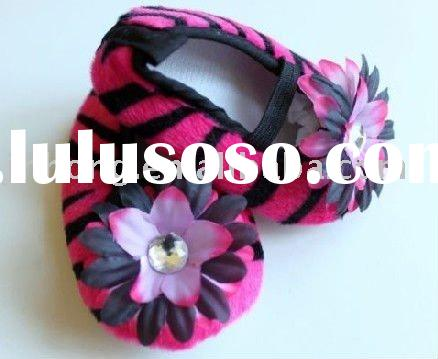 "Hot selling hot pink zebra baby shoes with 2""daisy flower/ flat baby crib shoes"