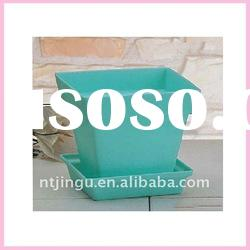 Plastic flower pot with tray